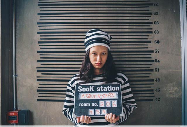 Sau khi check-in du khách sẽ được phát mã số tù và chụp ảnh cập nhân hồ sơ phạm nhân