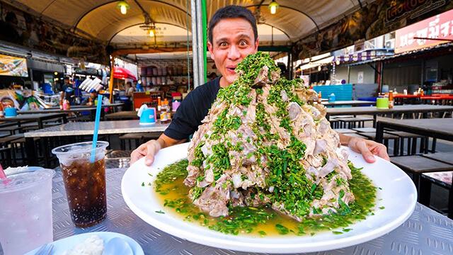 Để thưởng thức hương vị ngon ngất ngây của sườn cay khổng lồ trong tour Thái Lan thì bạn nên đến chợ Rot Fai Ratchada