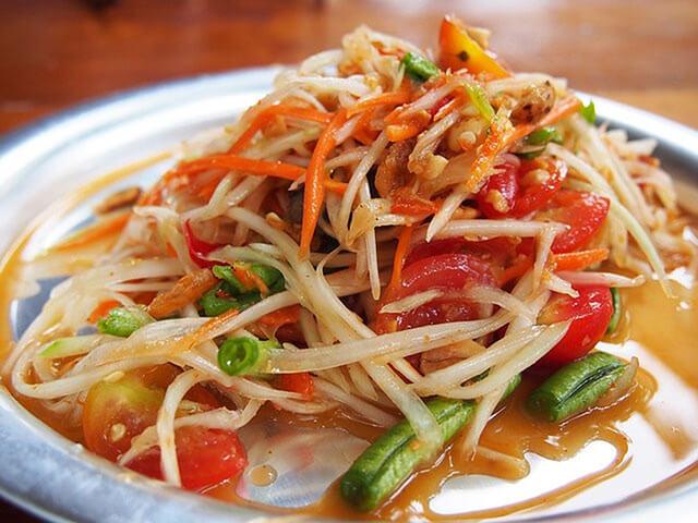 Nhớ thử ngay món gỏi đu đủ ba khía nếu trong tour Thái Lan nhé