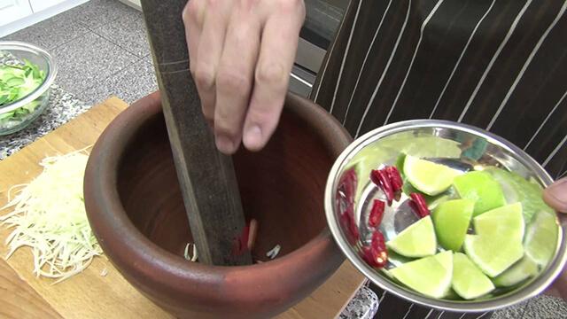Các nguyên liệu được cho vào cối để giã đều đến khi ngấm gia vị