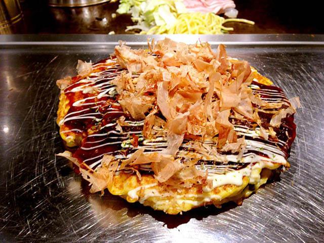Bánh Okonomiyaki là sự hòa quyện giữa các loại hải sản, rau củ và nước sốt cay ngọt cực hấp dẫn