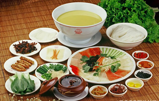 Bún qua cầu là món ăn mà du khách không thể bỏ qua trong tour du lịch Trung Quốc
