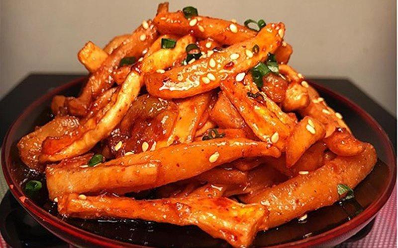 Bạn cũng đừng quên thử món củ cải muối chua, ngọt, cay thé đầu lưỡi của trấn Phượng Hoàng
