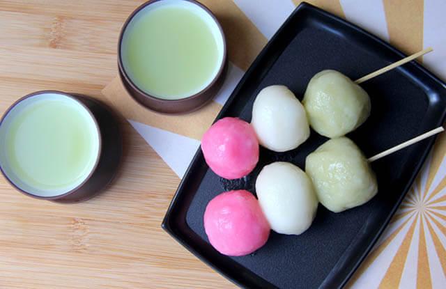 Bánh Dango thường được thưởng thức cùng trà xanh