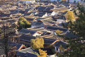 Những mái nhà nhấp nhô, cổ kính trong sắc thu ở Lệ Giang khi nhìn trên cao