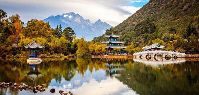 Đến công viên Hắc Long Đàm mùa thu để tản bộ, hít hà không khí và ngắm khung cảnh nên thơ hữu tình nơi đây