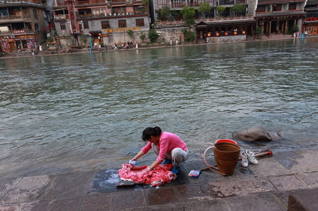 Hình ảnh các mẹ, các chị giặt giũ bên dòng Đà Giang đem lại cho du khách một cảm giác thật bình yên và thân thương