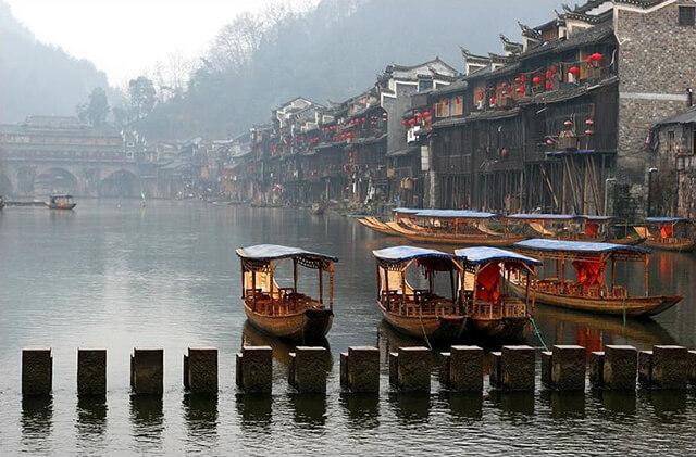Những cây cầu bắc ngang dòng Đà Giang là một trong những điểm thú vị của tour phượng hoàng cổ trấn giá rẻ