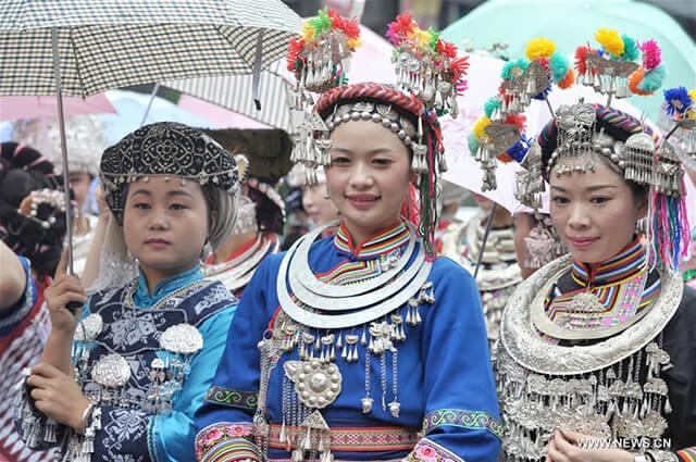 Bạn nên tham khảo ý kiến của các hướng dẫn viên du lịch nếu muốn đi thăm các làng của người Miêu tại Phượng Hoàng trấn cổ