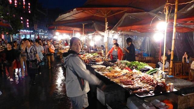 Du khách trong tour phượng hoàng cổ trấn giá rẻ có thể dễ dàng lấp đầy bụng đói với các quán ăn ven đường hấp dẫn