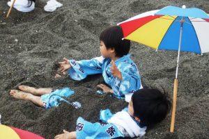 Vùi mình trong cát núi lửa được xem là một phương thức Spa vô cùng hiệu quả của người Nhật