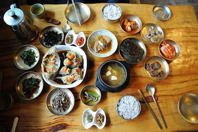 Mâm cơm của người Hàn thường gồm rất nhiều món nhỏ