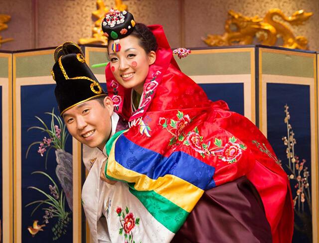 Cô dâu chú rẻ người Hàn rạng rỡ trong trang phục truyền thống