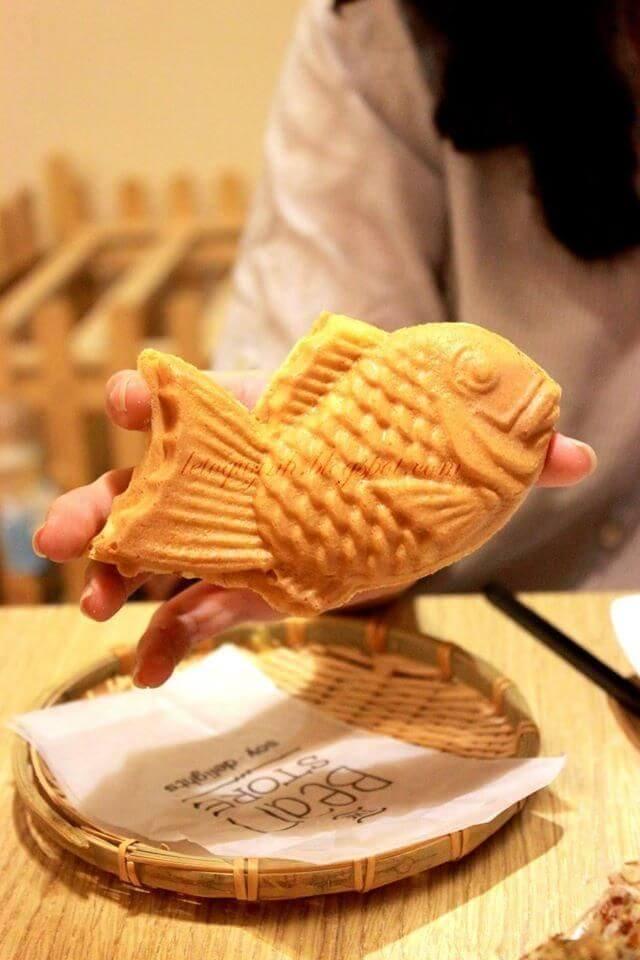 Thường thức một chiếc Taiyaki nóng hổi trong tour Nhật Bản để cảm nhận vị ngọt và sự tan chảy của nhân đậu trong miệng