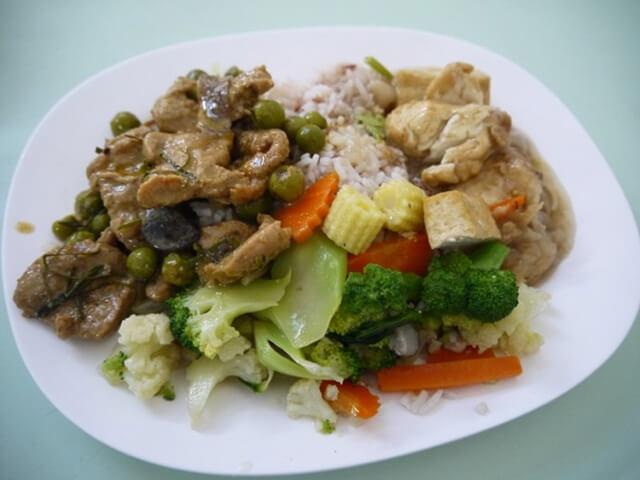 Đường Silom và Sathorn phục vụ rất nhiều món ăn truyền thống của Thái Lan