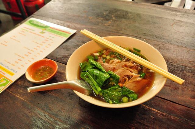 Đến với khu ẩm thực Silom và Sathorn du khách sẽ được phục vụ đồ ăn một cách nhanh chóng với mức giá hợp lí