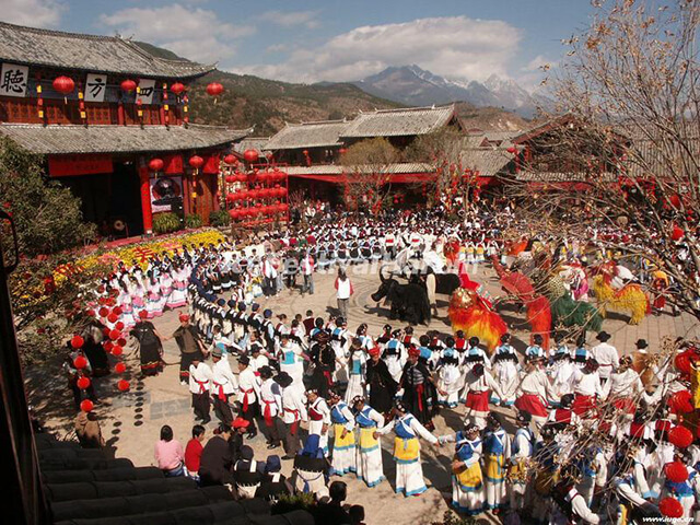 Đời sống tâm linh của người Naxi ở làng bạch sa vô cùng đa dạng, pha trộn giữa nhiều yếu tố