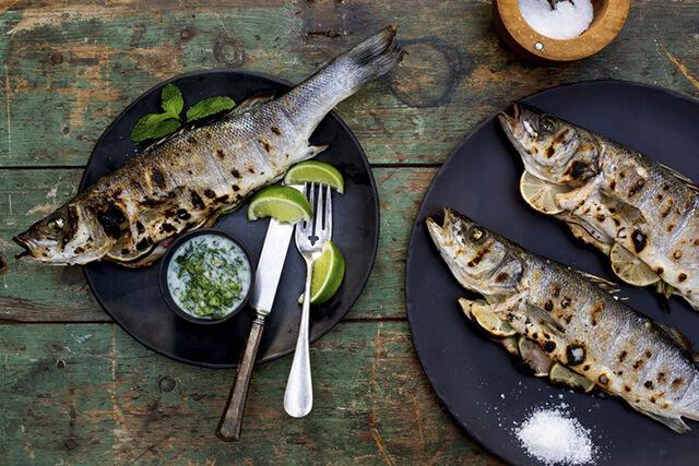 Trong tour phượng hoàng cổ trấn giá rẻ bạn phải nhớ thưởng thức món cá muối của người Miêu nhé