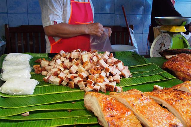 Bạn nhớ thử món thịt lợn nướng mật ong nếu đến chợ Chutachak