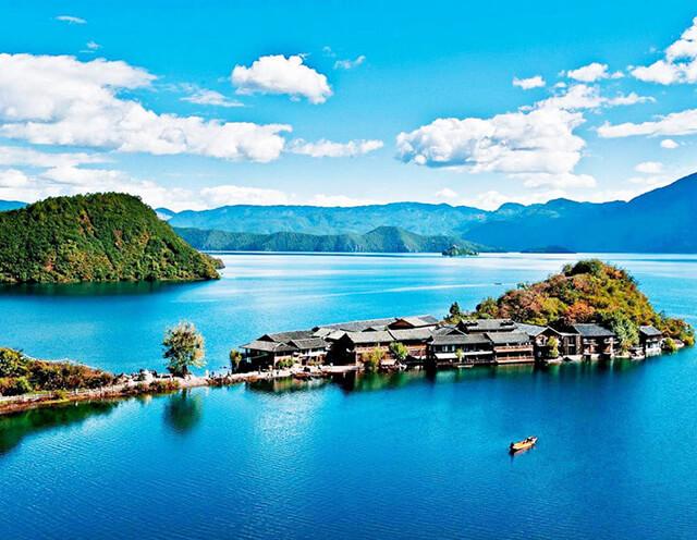 Hồ Lugu trông y như một viên ngọc lâp lánh giữa núi rừng cao nguyên của Hà Nam