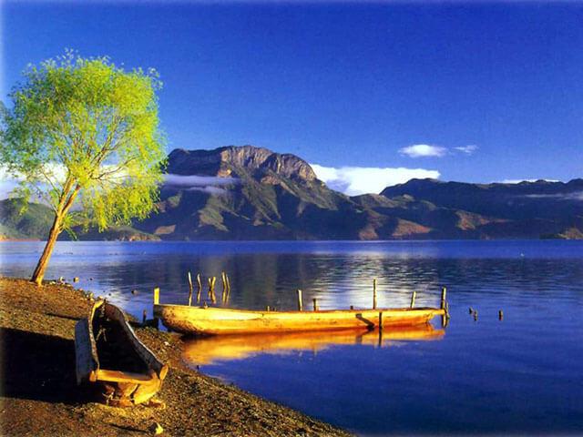 Sáng sớm bình minh trông hồ Lugu thật lãng đãng, mơ màng
