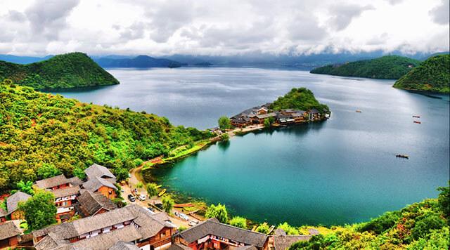 Hồ Lugu đẹp và long lanh y như một viên ngọc trai