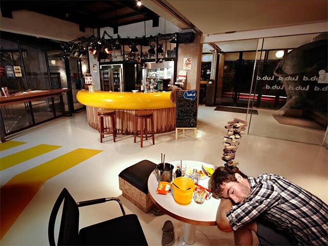 Lud d Bangkok Silom có quầy bar nằm luôn trong khuôn viên khách sạn nên vô cùng tiện lợi