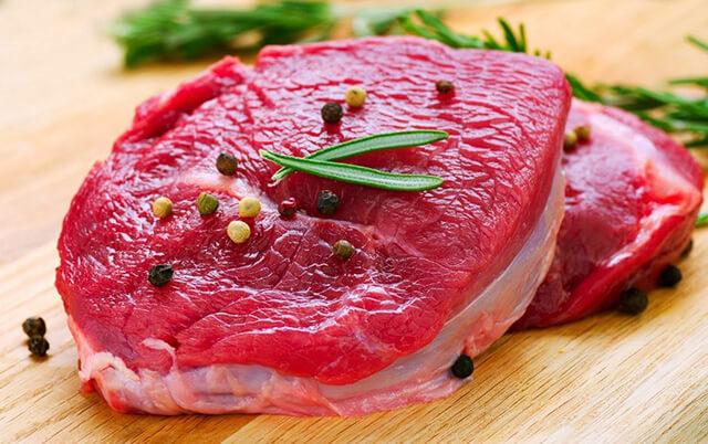 Để làm ra món Larb Leuat Neua người Thái sẽ thái thịt bò sống thành những lát mỏng rồi trộn cùng rau húng và rưới tiết lên