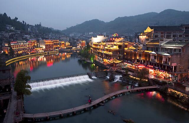 Vẻ đẹp Phượng Hoàng cổ trấn là vẻ đẹp của sự trầm mặc, cổ kính của từng nếp nhà , mái ngói, con đường