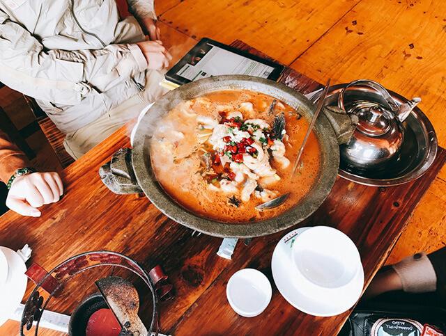 Lẩu cá cay là món ăn bạn phải thử nếu đi tour phượng hoàn cổ trấn giá rẻ