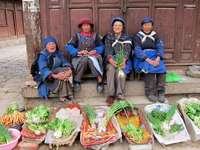 Du khách trong tour lệ giang shangrila ấn tượng với làng Thúc Hà bởi khung cảnh cuộc sông bình yên và giản dị
