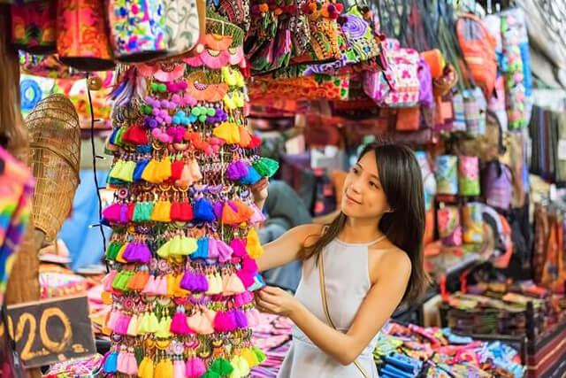 Không nên mang quá nhiều trang phục khi đi tour du lịch Thái Lan, hãy để dành những chỗ trống trong vali cho việc shopping thả ga