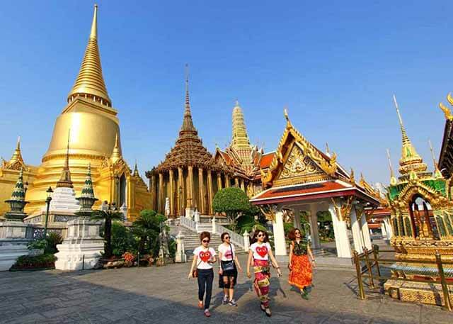 Lựa chọn những trang phục lịch sự, nghiêm trang khi tham quan các công trình tôn giáo trong tour Thái Lan
