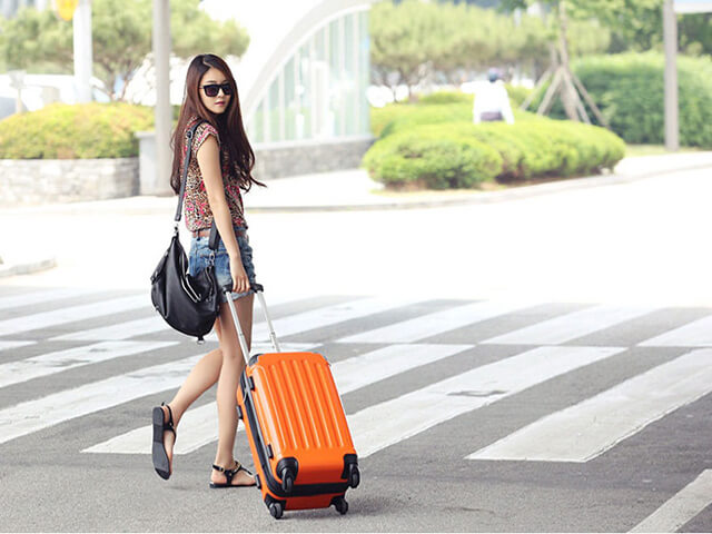 Nếu đi tour Thái Lan vào mùa hè thì bạn nên chọn những trang phục thoải mái kết hợp cùng kính mắt và sandal