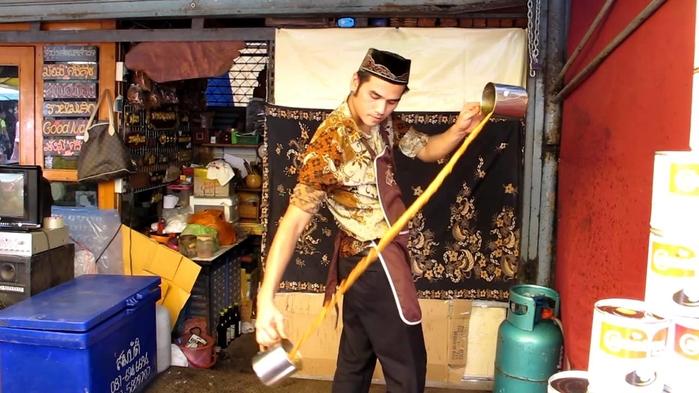 Trình diễn rót trà ở chợ cuối tuần Chatuchak Bangkok