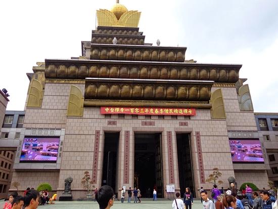 Lối vào chính của Phật điện