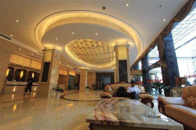 Khách sạn quốc tế Fengtian tọa lạc tại trung tâm trấn cổ Phượng Hoàng nên rất tiện lợi cho việc tham quan quan thắng cảnh của du khách