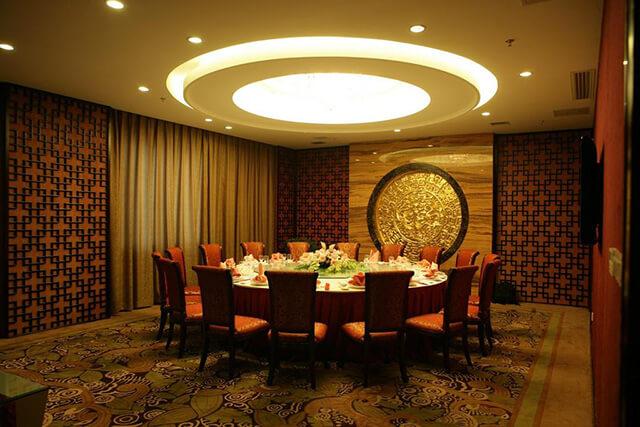 Phoenix Grand là một khách sạn rộng lớn được thiết kế theo dạng vườn và nằm trong không gian thiên nhiên hữu tình