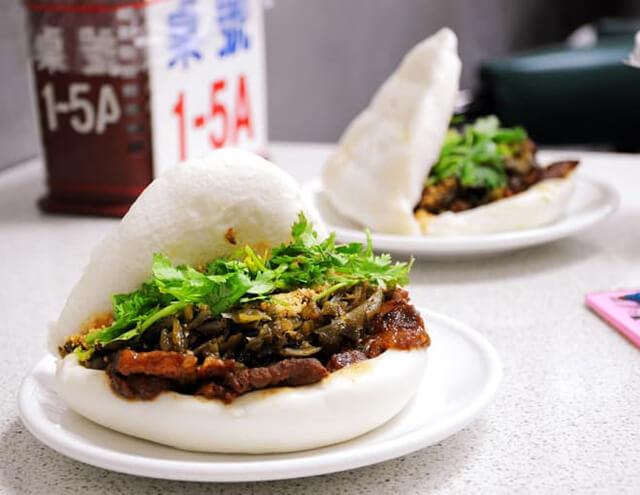 Món bánh bao kẹp thịt thường được bán ở các con phố hoặc thị trấn của Đài Loan