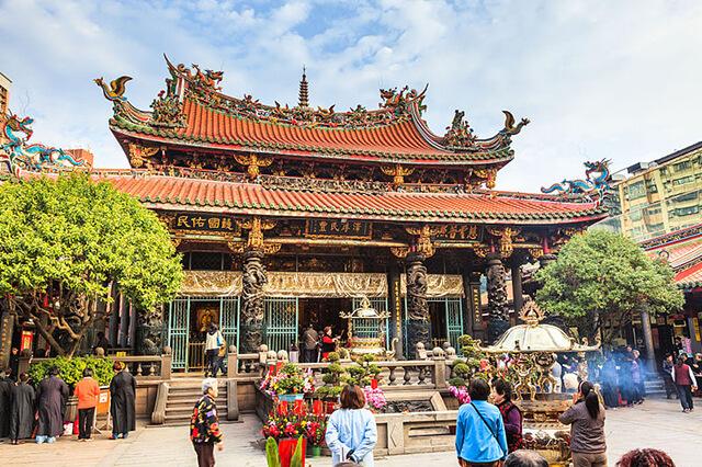 Thăm quan chùa Long Sơn du khách trong tour Đài Loan sẽ được khám phá kiến trúc chùa chiền truyền thống của người Hoa cũng như đời sống tôn giáo của người bản địa