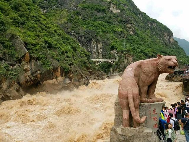 Tên gọi của vách núi liên quan đến câu chuyện về một người nhảy qua vách núi để tránh sự tấn công của một con hổ