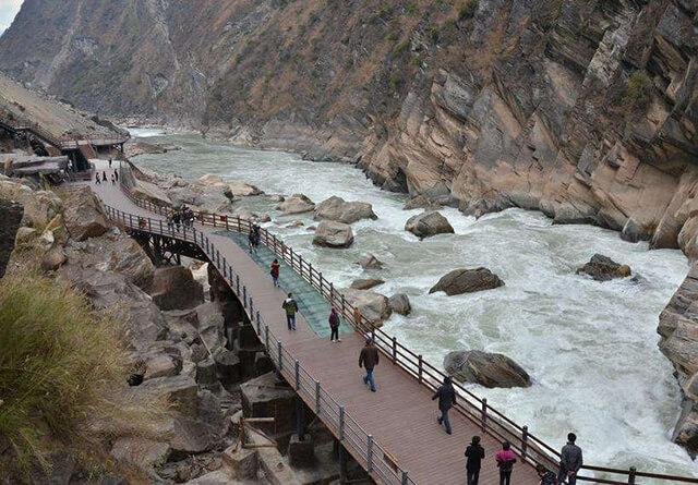 Tên gọi địa phương của Hổ Khiêu Hiệp là Kim Sa Giang, nơi đây còn có một đoạn sông Dương Tử chảy ngang