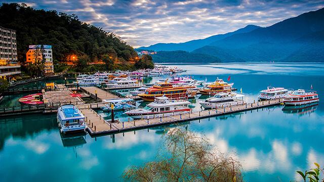 Cảnh quan của Hồ Nguyệt Nhật là sự kì vĩ, mỹ lệ của thiên nhiên cùng những công trình mang đậm dấu ân Trung Hoa