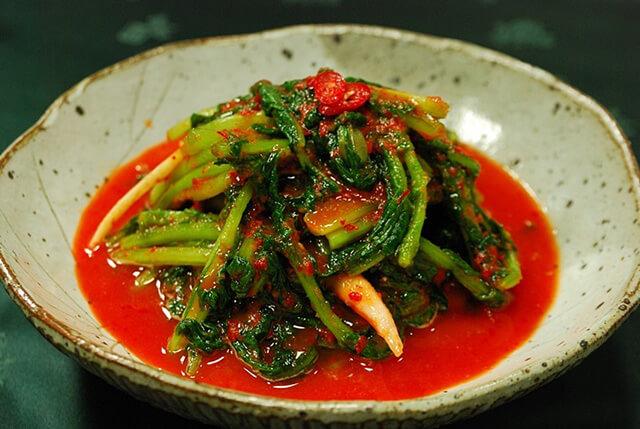 Kim chi củ cải non thường được dùng trong mùa hè oi bức cùng mì lạnh và cơm trộn