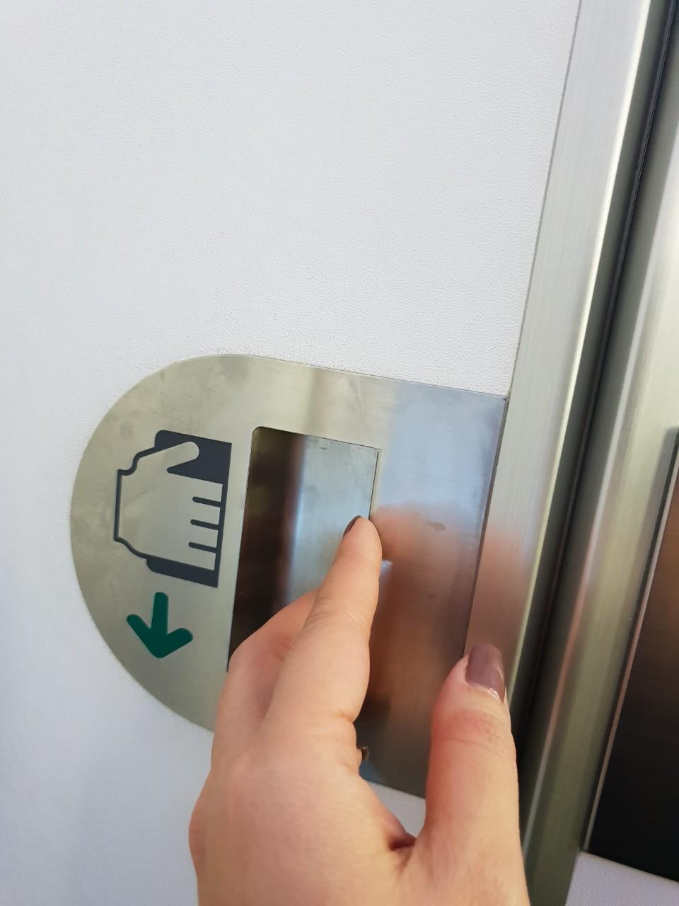 Mở cửa ra ngoài
