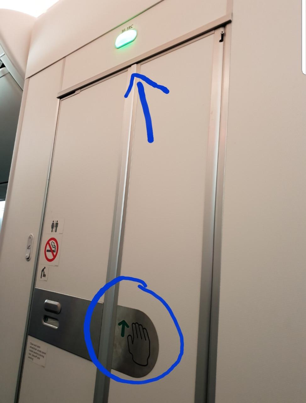 tín hiệu đèn trên cửa nhà vệ sinh màu xanh