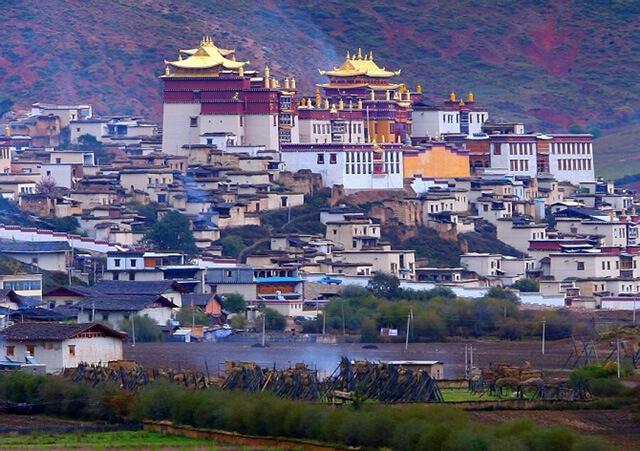 Vì nằm ở vị trí khá cao nên không khí trên tu viện Shongzalin sẽ loãng hơn bình thường từ 25-30%