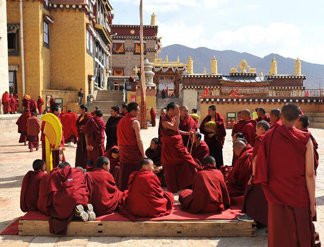 Màu áo đỏ nổi bật của các vị sư trong tu viện