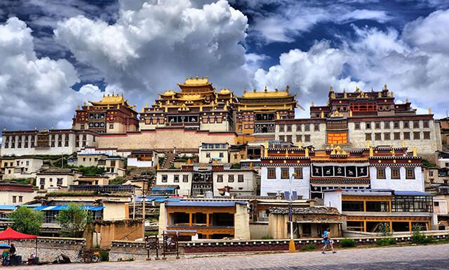 Shongzalin là tu viện lớn nhất ở Vân Nam, Trung Quốc và được coi là mô hình thu nhỏ của cung điện Potala -Lhasa Tây Tạng
