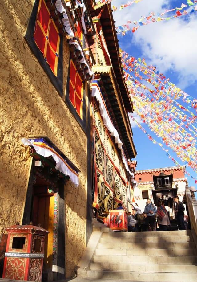 Những dây cờ được giăng khắp lối trong tu viện Shongzalin, tượng trưng cho việc gửi gắm những lời cầu nguyện lên trời